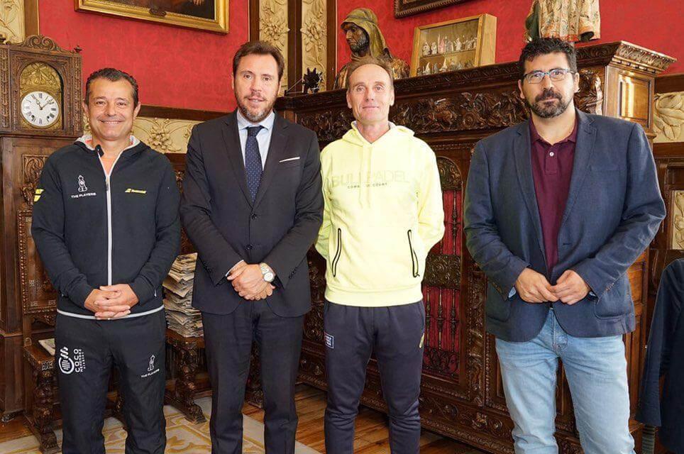 El Alcalde de Valladolid, Óscar Puente, recibe a Coco Menéndez como Campeón del Mundo
